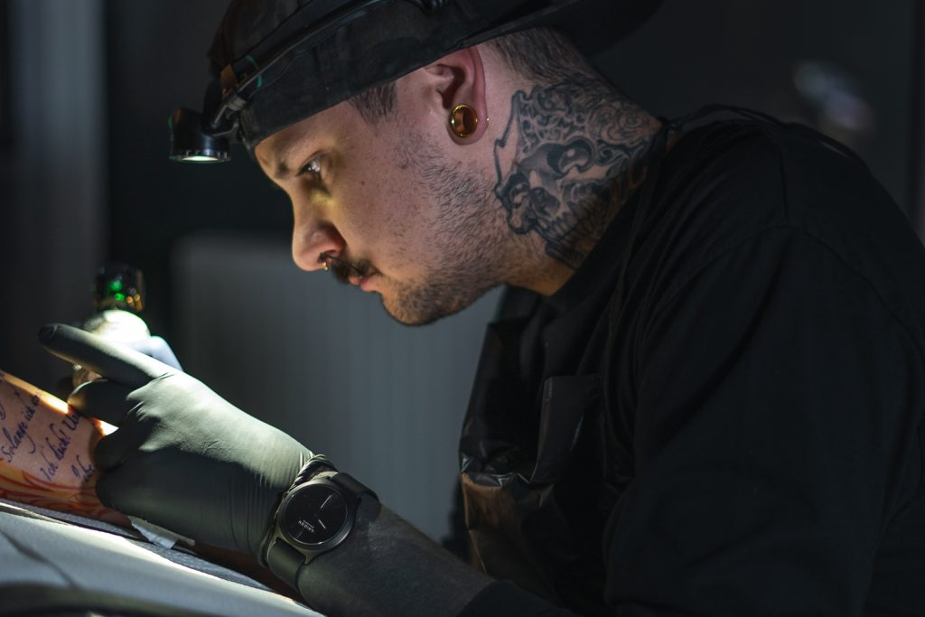 Beni Van de Rutter Tattoo Artist in action