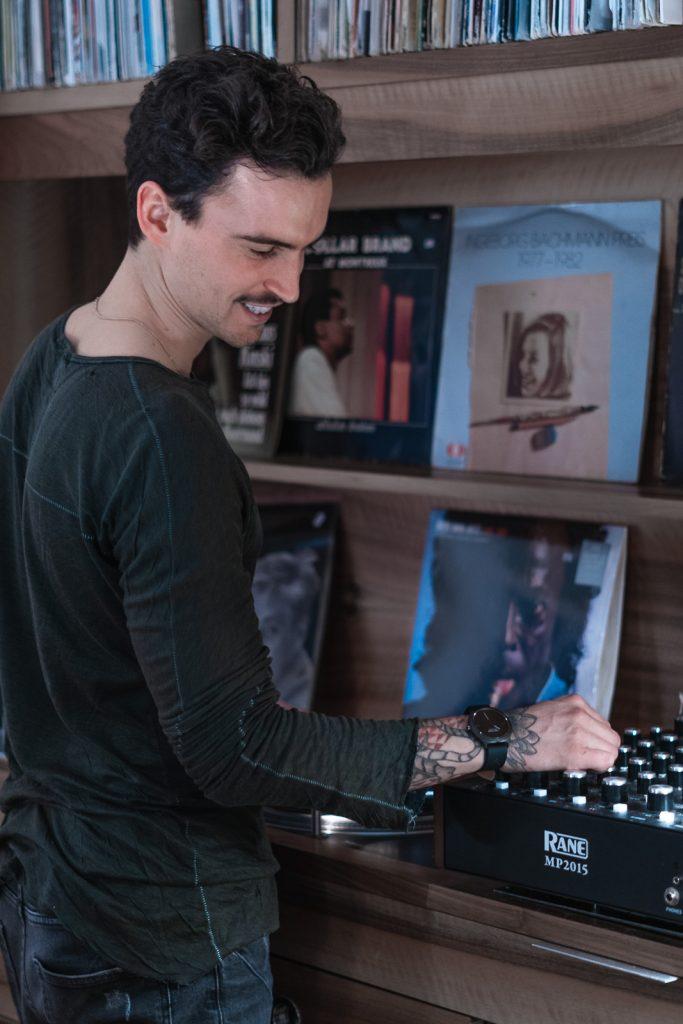 Felix Sommer DJ on turntables